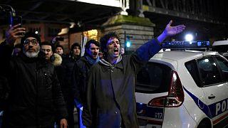 Tüntetők elől mentették ki egy színházi előadásról a francia elnököt