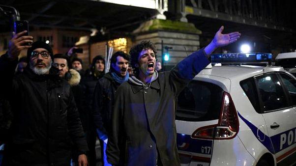 Fransa'da eylemciler Macron'un bulunduğu tiyatro salonuna girmeye çalıştı, polis müdahale etti
