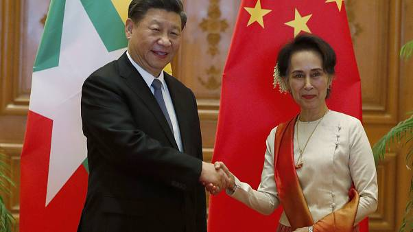 الرئيس الصيني شي جينبينغ ومستشار الدولة في ميانمار أونغ سان سو تشي