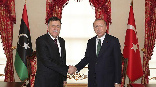 الرئيس التركي رجب طيب إردوغان ورئيس حكومة الوفاق الوطني الليبية  فايز السراج