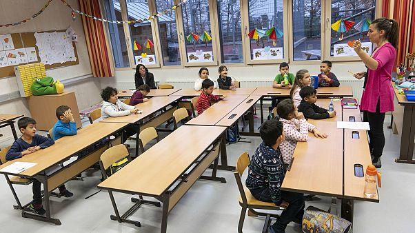أطفال من ابناء المهاجرين في النمسا يتلقون دروسا في اللغة