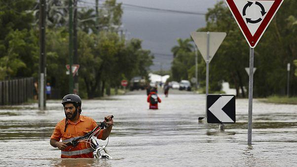 استرالیا در آب و آتش