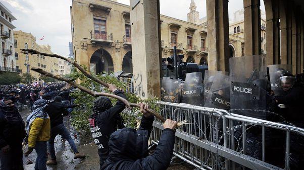 محتجون يهاجمون قوات الأمن بجذوع أشجار واشارات سير في وسط بيروت