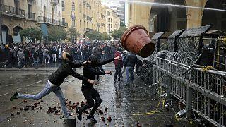 Manifestantes atacam forças de segurança que protegem Parlamento do Líbano