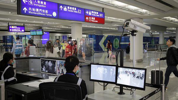 Havaalanlarında yolcular termal kameralarla kontrol ediliyor, Hong Kong