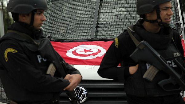 شرطيان تونسيان يقفان أم سيارتها في تونس العاصمة - (أرشيف 2015)