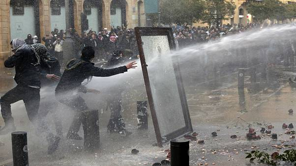 درگیری شدید نیروهای امنیتی لبنان با معترضان در نزدیکی پارلمان؛ بیش از ۱۶۰ نفر زخمی شدند