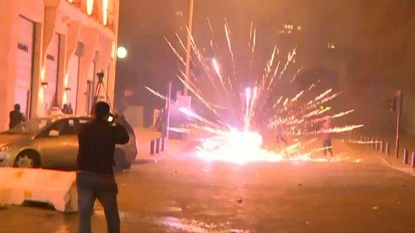 معترضان لبنانی برای مقابله با نیروهای امنیتی به آتش بازی روی آوردند