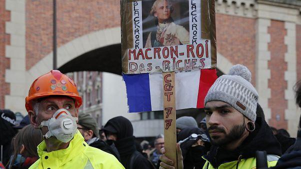 Sarı Yelekliler'in Paris'teki gösterileri şiddet olaylarına dönüştü: 40 gözaltı en az 20 yaralı