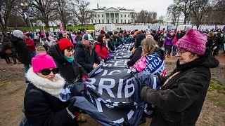 شاهد: آلاف النساء يشاركن في مسيرة ضد ترامب بواشنطن