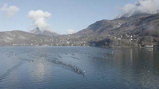 Холодные игры: в Анси прошли зимние гонки на досках для сапсёрфинга