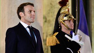 Fransa Cumhurbaşkanı Emmanuel Macron, Paris'teki Elysee Sarayı'nda bir karşılama töreninde