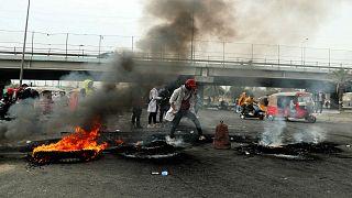 دخان يتصاعد من إطارات مطاطية أحرقها محتجون ضد الحكومة وسط بغداد