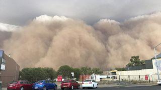 شاهد: بعد الحرائق والأمطار.. عاصفة ترابية تجتاح أستراليا وتحول نهارها إلى ليل
