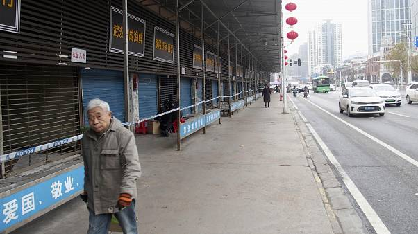 Marché de fruits de mer fermé mercredi à Wuhan, province du Hubei, Chine
