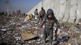 На свалке в Кабуле ребенок ищет предметы, которыми можно заменить дрова.