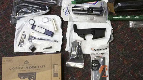 صورة قدمها مكتب المدعي العام في نيوجيرسي تظهر أجزاء من الأسلحة المصادرة
