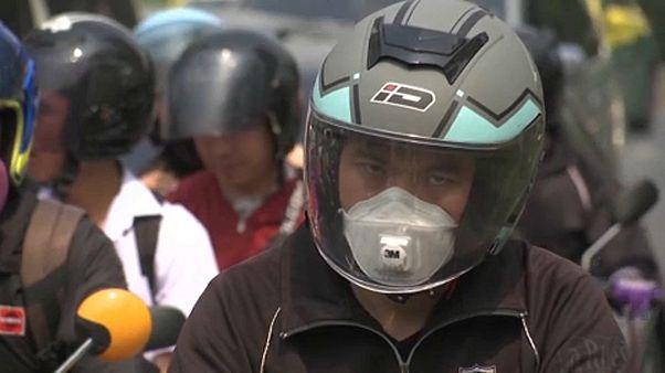 Pormaszkot használó thaiföldi motoros