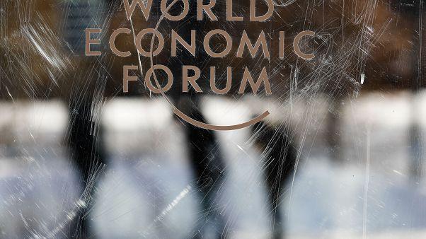 Форум в Давосе: белые бейджи, черные зимоходы