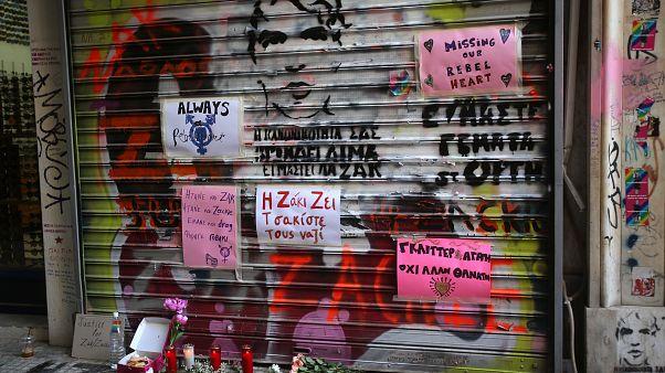 Λουλούδια έξω από το κατάστημα που σκοτώθηκε ο Ζακ Κωστόπουλος