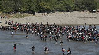 مهاجرون من أمريكا الوسطى يعبرون نهر سوشياتي من غواتيمالا إلى المكسيك 20 يناير 2020