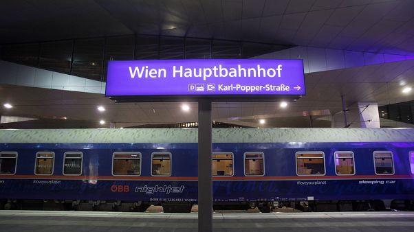 Το τρένο φεύγει στις...οχτώ!