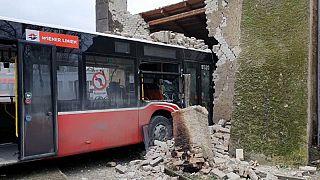 Bus kracht in Stadtmauer bei Wien: 4 Personen leicht verletzt