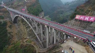 شاهد: جسر على ارتفاع 160 متراً لربط ثلاثة أقاليم في جنوب الصين