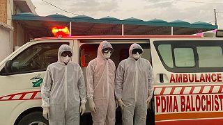 Covid-19'a karşı önlem alan Pakistanlı sağlık görevlileri