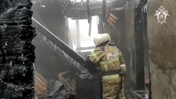 A munkásszállóként használt faház maradványaiban dolgoznak a tűzoltók