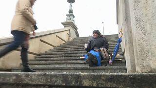 المشرّدون في المجر: من لم يمت بالفقر مات من شدة البرد.. 100 شخص قضوا جرّاء النوم في العراء