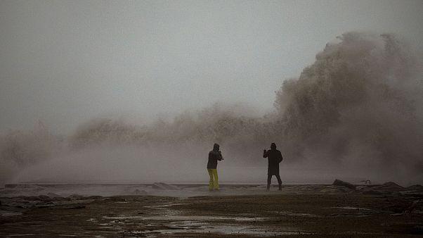 Una pareja contempla las olas en Barcelona durante la tormenta Gloria