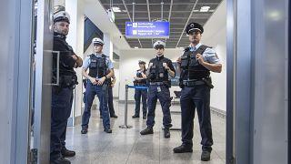 Polizeikontrolle am Frankfurter Flughafen