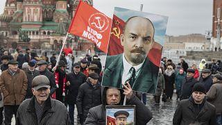 صورة لتجمع المئات من أنصار الحزب الشيوعي لإحياء الذكرى 96 لوفاة فلاديمير لينين