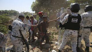 الحرس الوطني المكسيكي يعترض طريق مهاجرين من أمريكا الوسطى بعد عبورهم نهر سوشياتي من غواتيمالا إلى المكسيك، 20 يناير 2020