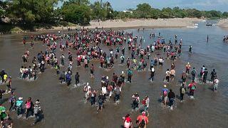 Meksika'ya geçmek isteyen binlerce Guatemalalı göçmeni askerler durdurdu