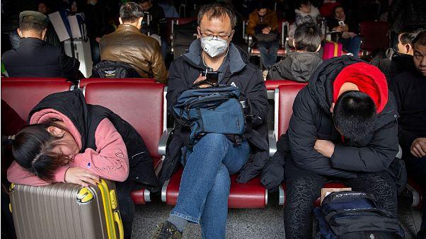 Viajeros esperan para subirse a un avión en un aeropuerto de Pekín