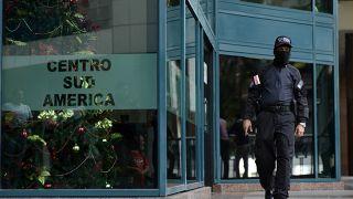 رجل أمن فنزويلي يحرس المبنى الذي توجد فيه مكاتب المعارض غايدو 21/01/2020