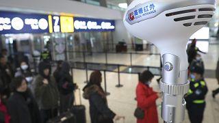 عملية مسح درجة الحرارة لدى الركاب في مطار ووهان تيانخه الدولي جنوب الصين