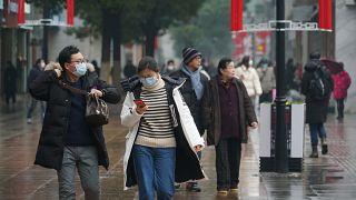 Des passants dans le centre de Wuhan, en Chine, le mercredi 22 janvier 2020.