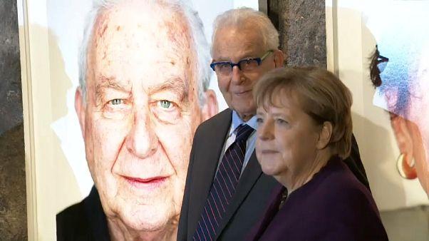 Merkel Holokost'tan kurtulanların fotoğraflarının yer aldığı sergiyi açtı
