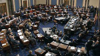 أعضاء مجلس الشيوخ يصوتون على الموافقة على قواعد محاكمة الرئيس دونالد ترامب في مبنى الكابيتول في واشنطن 22/01/202