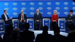 Davos'a katılan Dışişleri  Bakanı Mevlüt Çavuşoğlu (ortada), Ürdün Başbakanı Al Razzaz (sol 2), Umman Dışişleri Bakanı Yusuf Bin Alevi (sağda), eski Kongre üyesi Jane Harman