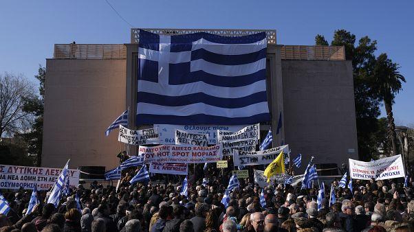 صورة لوقفة إحتجاجية في اليونان للمطالبة برحيل المهاجرين