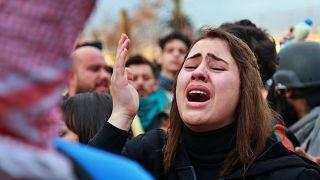 عائلات المحتجين، الذين قُتلوا في المظاهرات، يرفعون شعارات ضد الحكومة العراقية