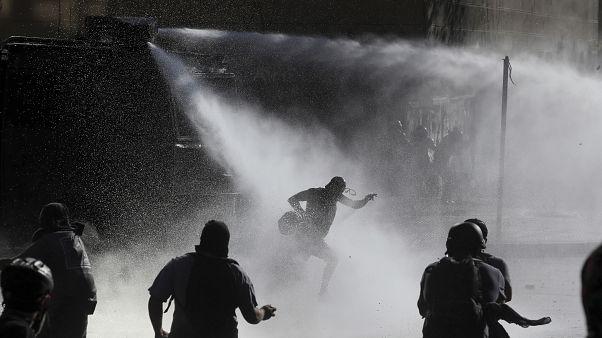 Cañones de agua contra los manifestantes en Santiago de Chile el 10 de enero
