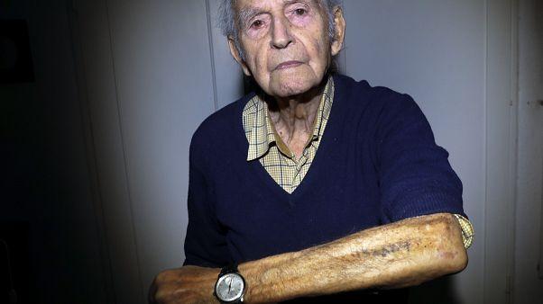 El superviviente de Auschwitz Leon Schwarzbaum muestra su número de identificación tatuado en su casa de Berlín.