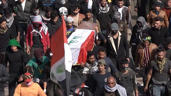شاهد: مئات العراقيين يشيعون جثمان ناشطة قتلت في البصرة