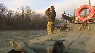 Katonai hajóval kutatnak az illegális határátlépők után a Tiszán