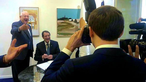 O Εμμανουέλ Μακρόν φωτογραφίζει τους προέδρους Κύπρου και Ισραήλ